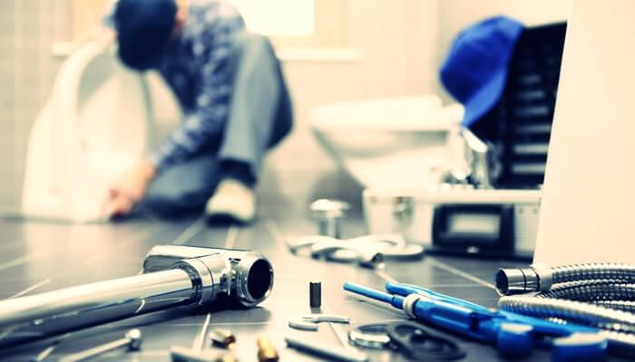 床に無造作に置かれた工具